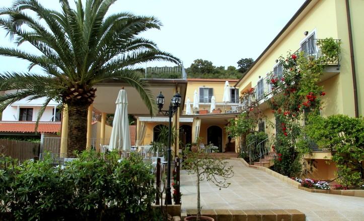 Eingang Hotel Villla Wanda Porto Azzurro Elba insel mit Palm
